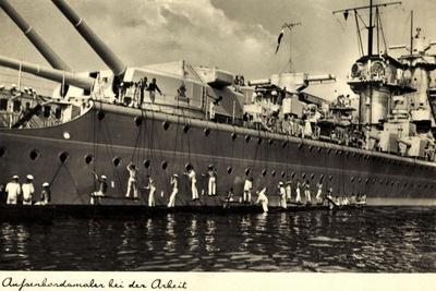 Außenbordmaler Arbeiten an Einem Kriegsschiff--Stretched Canvas Print