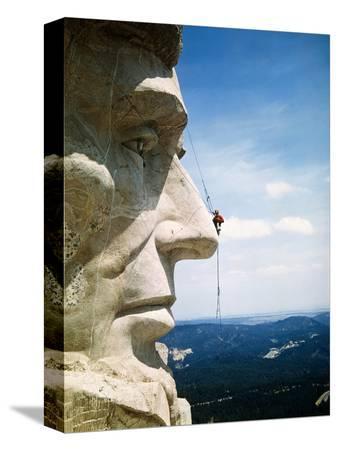 bettmann-mount-rushmore-repairman-working-on-lincoln-s-nose