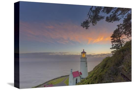 chuck-haney-heceta-head-lighthouse-at-sunset-near-florence-oregon-usa