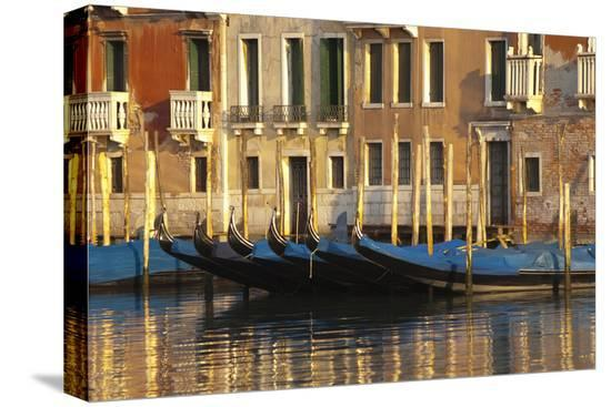 david-noyes-gondolas-along-the-grand-canal-in-venice-italy