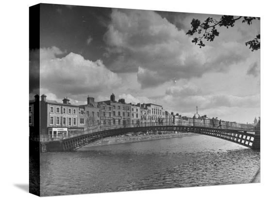 hans-wild-view-of-the-liffey-river-and-the-metal-bridge-in-dublin