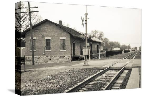 julien-mcroberts-train-station-lincoln-illinois-usa-route-66