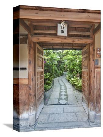 rob-tilley-restaurant-entrance-at-gion-kyoto-japan