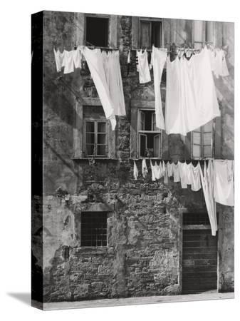 vincenzo-balocchi-laundry-hanging-out
