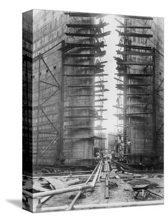 worker-on-panama-canal-lock