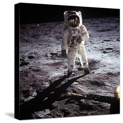 """1st Steps of Human on Moon: American Astronaut Edwin """"Buzz"""" Aldrinwalking on the Moon--Stretched Canvas Print"""