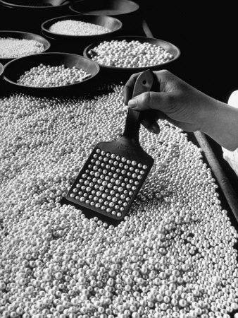 https://imgc.artprintimages.com/img/print/100-pearls-being-counted-at-a-time-using-device-at-factory_u-l-p3n7510.jpg?p=0
