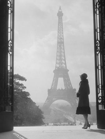 https://imgc.artprintimages.com/img/print/1920s-anonymous-silhouetted-woman-standing-in-profile-in-the-trocadero-across-the-seine_u-l-q1gdutc0.jpg?p=0