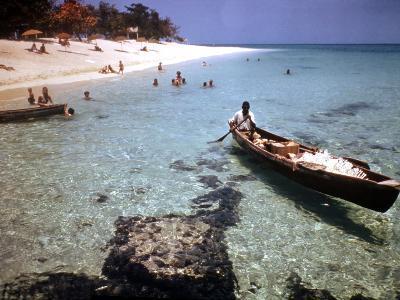 1946: Sam Cunningham Sells Sea Shells to Tourist Along the Seashore in Montego Bay, Jamaica-Eliot Elisofon-Photographic Print