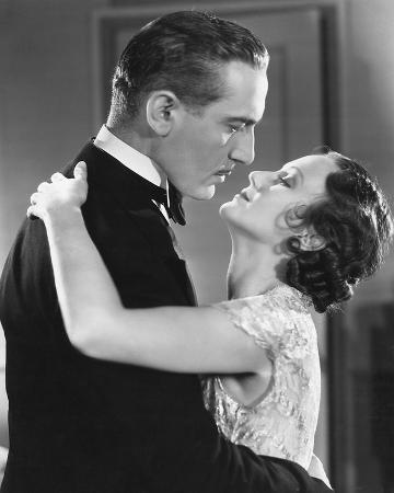 20ies-film-couple-embracing