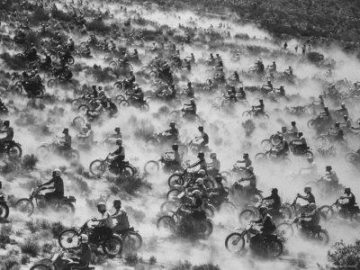https://imgc.artprintimages.com/img/print/650-motorcyclists-race-through-the-mojave-desert_u-l-p3ned00.jpg?p=0