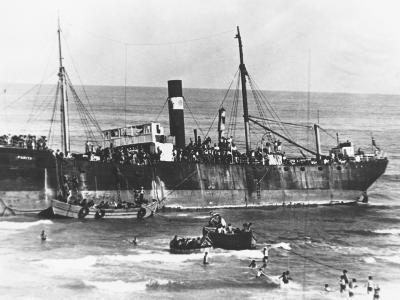 700 Jewish Refugees Reach Journeys End--Photographic Print