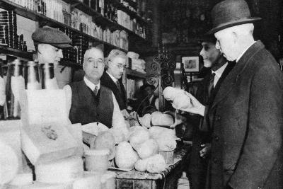 A Customer Inspects a Haggis, London, 1926-1927--Giclee Print
