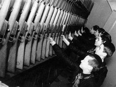 A Group of Young Balilla in Front of the Guns-Luigi Leoni-Photographic Print