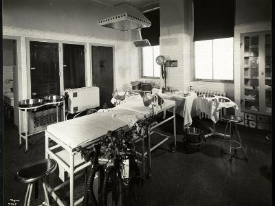 A Hospital Operating or Delivery Room, New York, 1941 or 1942-Byron Company-Giclee Print