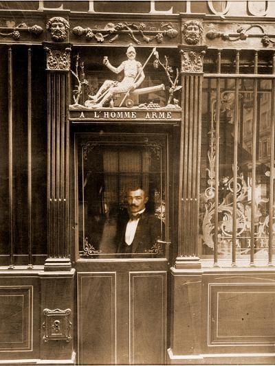A? L'Homme Arme?, 25 Rue des Blancs Manteaux, Paris 1900-Eug?ne Atget-Photographic Print