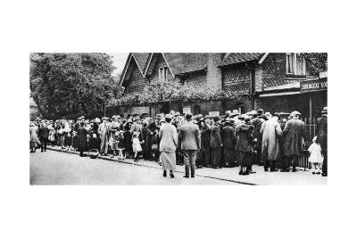 A Queue for the Zoo on a National Holiday, London, 1926-1927--Giclee Print