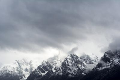 https://imgc.artprintimages.com/img/print/a-snow-storm-descends-on-a-snow-and-ice-covered-mountain-range_u-l-pyy9qs0.jpg?p=0