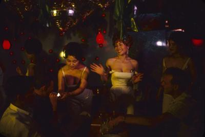 https://imgc.artprintimages.com/img/print/a-trio-of-hostesses-attend-to-a-table-of-men-at-the-albion-jazz-coffee-shop-tokyo-japan-1962_u-l-q1316290.jpg?p=0