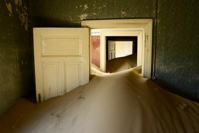 https://imgc.artprintimages.com/img/print/abandoned-house-full-of-sand_u-l-q13a6yh0.jpg?p=0