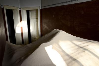 https://imgc.artprintimages.com/img/print/abandoned-house-full-of-sand_u-l-q13a6ys0.jpg?p=0