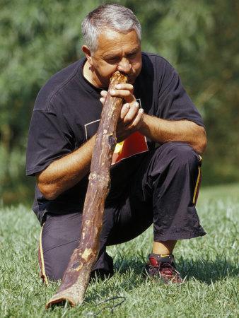 https://imgc.artprintimages.com/img/print/aboriginal-elder-playing-the-diggeridoo-a-wind-instrument-australia_u-l-p2vpd70.jpg?p=0