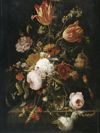 Fleurs dans une carafe de cristal avec une branche de pois et un escargot