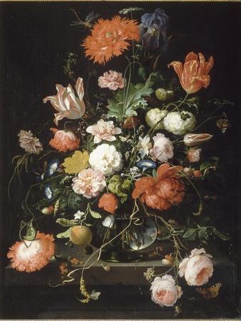 Fleurs dans une carafe de cristal placé sur un piédestal en pierre avec une libellule