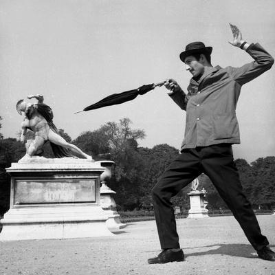 https://imgc.artprintimages.com/img/print/actor-jose-pantieri-clowning-around-in-tuileries-gardens-paris-1962_u-l-pwgihq0.jpg?p=0