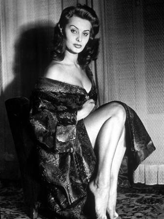 https://imgc.artprintimages.com/img/print/actress-sophia-loren-in-1957_u-l-pwgja40.jpg?artPerspective=n