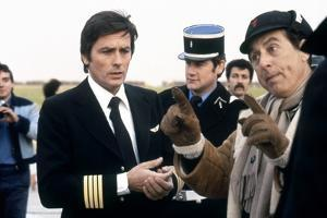AIRPORT 80, 1978 directed by DAVID LOWELL RICH On the set, Alain Delon with David Lowell Rich (dire