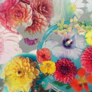 Blossoms in Blue Water as Table Decoration with Glass and Textiles by Alaya Gadeh