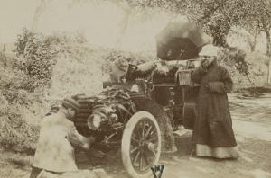 Album photographique : Panhard et Levassor vers 1901 (chauffeur à genoux)