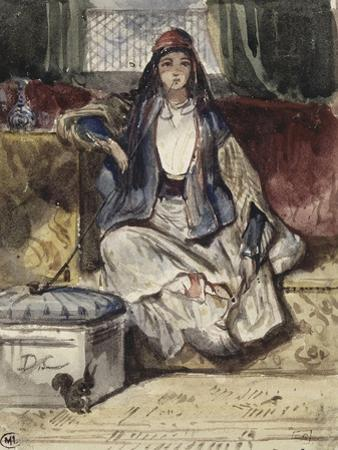 Jeune orientale assise sur un divan fumant dans un intérieur avec un écureil