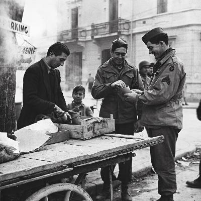 Allied Soldiers Tasting Italian Specialties-Luigi Leoni-Photographic Print