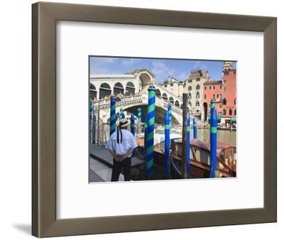 Rialto Bridge and Gondolier, Grand Canal, Venice, UNESCO World Heritage Site, Veneto, Italy, Europe