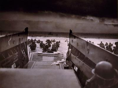 https://imgc.artprintimages.com/img/print/american-soldiers-wade-from-landing-craft-to-the-omaha-beach-d-day-june-6-1944_u-l-pihkmd0.jpg?p=0
