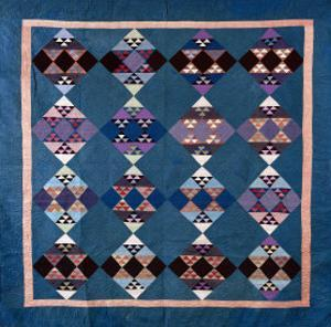 An Amish Bird in Flight Design Coverlet, Midwestern, Pieced and Quilted Cotton, 1900-1925