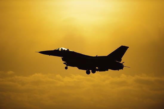 An F-16 Fighting Falcon Comes in for Landing--Photographic Print