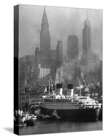 Oceanliner Queen Elizabeth Sailing in to Port
