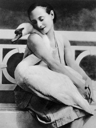 https://imgc.artprintimages.com/img/print/anna-pavlova-with-her-pet-swan-jack-c-1905_u-l-p94w110.jpg?p=0