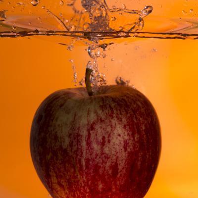 Apple Underwater-Gordon Semmens-Photographic Print