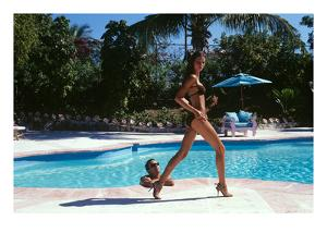 Vogue - April 1999 - Poolside Strut by Arthur Elgort