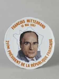 Assiette imprimée ornée du portrait de François Mitterrand
