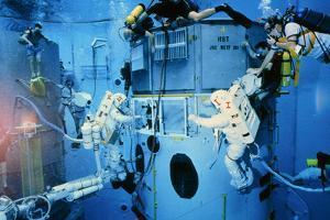 Astronauts Underwater Rehersal, HST Repair Mission