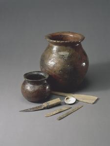Atelier de potier : un pot à cuire, une jarre à sagou, une batte de potier et matériel de potier