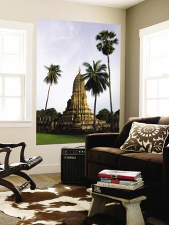 Wat Phra Si Ratana Mahathat Framed by Palms