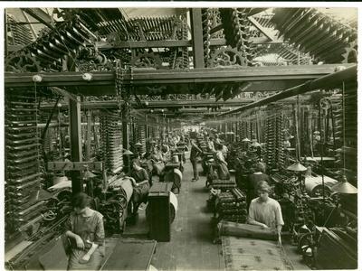 https://imgc.artprintimages.com/img/print/axminster-weaving-carpet-factory-1923_u-l-pjjqmn0.jpg?p=0