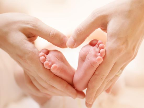 VÌ SAO NHO ? ......HÁT  - Page 5 Baby-feet-in-mother-hands-tiny-newborn-baby-s-feet-on-female-heart-shaped-hands-closeup-mom-and-h_u-l-q103h2r0