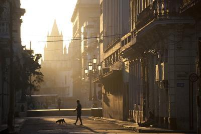 https://imgc.artprintimages.com/img/print/backlit-street-at-dawn-with-people-in-semi-silhouette_u-l-pnp3zh0.jpg?p=0